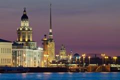 De iconic beskådar av St Petersburg vit på nätterna Royaltyfri Foto