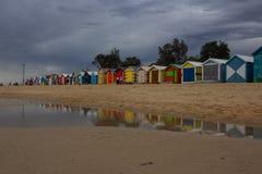 De iconic färgrika strandkojorna Royaltyfri Bild