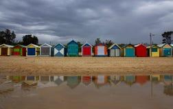 De iconic färgrika strandkojorna Arkivfoto