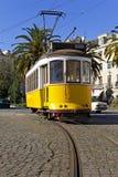 De iconische gele tram van 100 éénjarigenlissabon in Campo das Cebolas Royalty-vrije Stock Fotografie