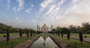 De iconische mening van Taj Mahal één van de Wereld is bij zonsopgang, Agra, India benieuwd royalty-vrije stock foto's