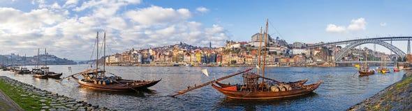 De iconische Rabelo-Boten, de traditionele transporten van de Havenwijn, met Ribeira District en Dom Luis I Brug Royalty-vrije Stock Afbeeldingen