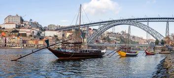 De iconische Rabelo-Boten, de traditionele transporten van de Havenwijn, met Ribeira District en Dom Luis I Brug Royalty-vrije Stock Foto's