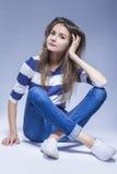 De Ideeën van de de jeugdlevensstijl Kaukasische Donkerbruine Meisjeszitting op Vloer Stock Foto