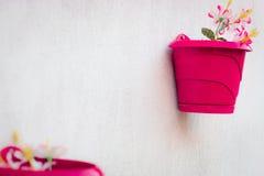 Muur Ideeen Tuin : De ideeën van de huisdecoratie tuin op een muur stock foto