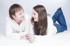 De Ideeën van de familielevensstijl Glimlachend en Lachend Kaukasisch Paar stock foto's