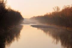 De idylle van de rivierlech van de ochtendmist Royalty-vrije Stock Foto