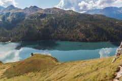 De idyllische die mening van meer ritom door bergen wordt omringd strekt zich in een zonnige dag uit Zwitserse alpen, Ticino stock foto's