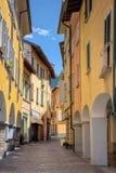De idyllische kleine mening van de stadsstraat royalty-vrije stock afbeelding
