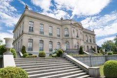 De Iepen verguldden leeftijdsherenhuis door Chateau D 'Asnieres wordt geïnspireerd in Frankrijk dat royalty-vrije stock foto's
