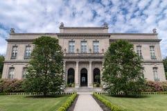 De Iepen verguldden leeftijdsherenhuis in Nieuwpoort, RI, door Chateau D 'Asnieres wordt geïnspireerd in Frankrijk dat stock foto's