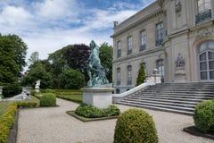 De Iepen verguldden leeftijdsherenhuis in Nieuwpoort, RI, door Chateau D 'Asnieres wordt geïnspireerd in Frankrijk dat stock foto