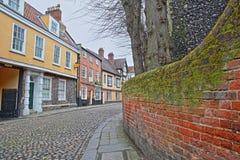 De iepheuvel cobbled straat met middeleeuwse huizen van de Tudor-periode stock afbeelding