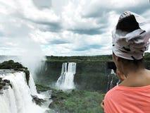 De Iguazudalingen zijn ??n van de beroemde natuurlijke watervallen van de wereld, op de grens van Brazili? en Argentini? stock afbeeldingen