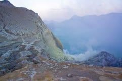 De Ijenvulkaan in Oost-Java bevat het grootste zuurrijke vulkanische de kratermeer van de wereld, genoemd Kawah Ijen Royalty-vrije Stock Fotografie