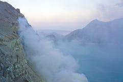 De Ijenvulkaan in Oost-Java bevat het grootste zuurrijke vulkanische de kratermeer van de wereld, genoemd Kawah Ijen Stock Afbeeldingen