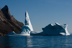 De ijsberg bootst aangrenzende bergvorm na stock afbeelding