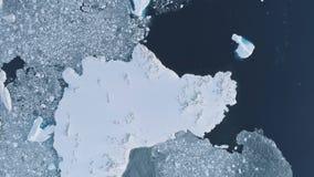 De ijsberg luchttop down van Antarctica vluchtmening stock video