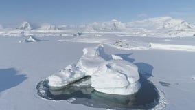 De ijsberg plakte bevroren antarctische oceaanwaterantenne stock videobeelden