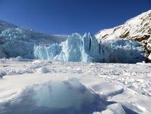 De Ijsberg van de Portagegletsjer op Sneeuw Behandeld Meerlandschap Stock Foto's