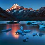 De ijsbergen van Hooker Gletsjer drijven voor Onderstel Cook, de langste berg in Nieuw Zeeland Mooi landschap royalty-vrije stock foto's