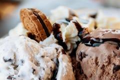 De Ijscoupe van het chocoladeroomijs met Saus en Koekjesclose-up Royalty-vrije Stock Fotografie