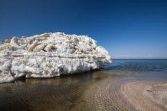 De ijsheuveltjes zwemmen in het overzees Stock Foto