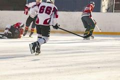 De ijshockeygelijke, spelers van beide teams concurreert op het kampioenschap F royalty-vrije stock afbeelding