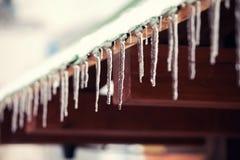 De ijsijskegels hangen van een dak Royalty-vrije Stock Fotografie