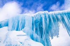 De ijskegels van ijskastelen en ijsvormingen Stock Afbeeldingen