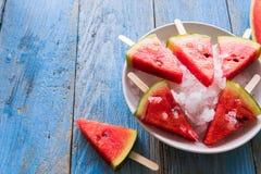 De ijslollys van de watermeloenplak op een blauwe rustieke houten achtergrond stock fotografie
