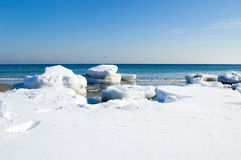 De ijsschollen van het ijs op de kust Royalty-vrije Stock Foto