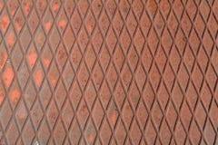 De ijzerachtergrond, roestige textuur, plooide staalplaat met rode vlekken van verf stock foto