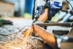 De ijzerarbeiders zagen vonkenarbeider zagend het ijzer royalty-vrije stock fotografie