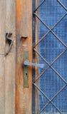 De ijzerdeurkruk op de deuren Stock Afbeeldingen
