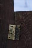 De ijzerscharnier is op de poort in de omheining Royalty-vrije Stock Afbeeldingen