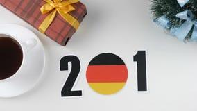De illustratie, nieuw jaar, mannelijke hand verandert het jaar vanaf 2017 tot 2018, Duitse vlag, cauntry bal stock footage