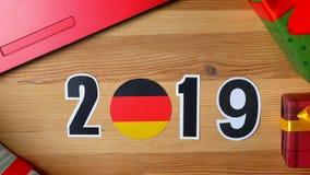 De illustratie, nieuw jaar, mannelijke hand zette op de lijst aangaande Duitse vlag, de bal van het land, 2019 stock video