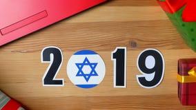 De illustratie, nieuw jaar, mannelijke hand zette op de lijst aangaande Israëlische vlag, de bal van het land, 2019 stock videobeelden