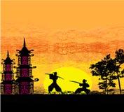 De illustratie van het silhouet van twee ninjas in duel Stock Foto's