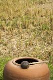 De illustraties schilderen de levensstijl van landbouwers in Azië/Padievelden en Aarden grote waterkruik af stock afbeelding