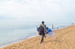 De immigrant verkoopt materiaal op het strand royalty-vrije stock afbeelding