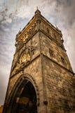 De imponent poedertoren in Praag van onderaan stock afbeelding