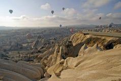 De Impulsen die van de hete Lucht op de hemel van Cappadocia vliegen. stock foto