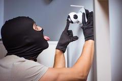 De inbreker die balaclava masker dragen bij misdaadscène stock afbeeldingen