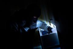 De inbreker neemt vertrouwelijke documenten Stock Foto