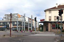 De indicatoren van de bewegingsrichting op één van de centrale straten 28 Augustus, 2010 in Imatra, Finland Stock Foto