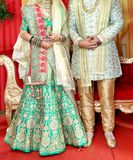 De Indische bruid en de bruidegom stellen voor mooie portretten royalty-vrije stock fotografie