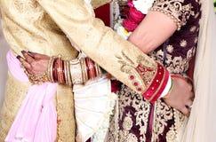 De Indische bruid en de bruidegom stellen voor mooie portretten na hun kleurrijke jaimalaceremonie royalty-vrije stock foto