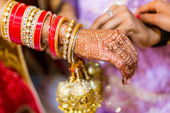 De Indische bruid met henna schilderde op arm en handen Stock Afbeeldingen